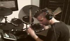 Тайлер Ньюман осваивает навыки барабанщика